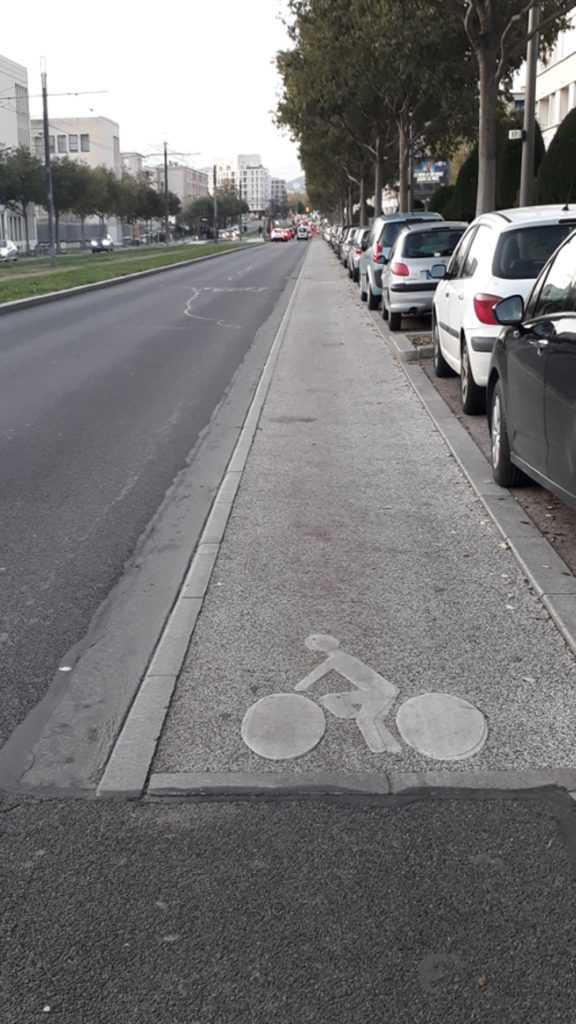 Une bordure délimitant  la piste cyclable et la route à Lyon